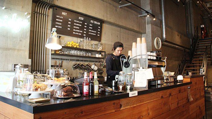 浅草にある建築事務所のエントランスに建てられた、おしゃれなコーヒースタンド「Bridge」でひとやすみ