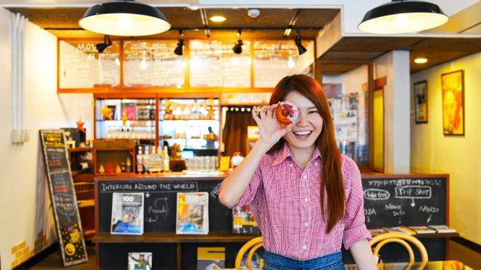 ドーナツの穴から、映画を観よう。カフェと映画館が一緒になった小さなカフェシアター「シアタードーナツ・オキナワ」