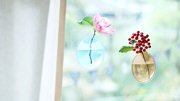 お花が宙に浮かぶ?!壁に貼って楽しむ花瓶「Kaki」