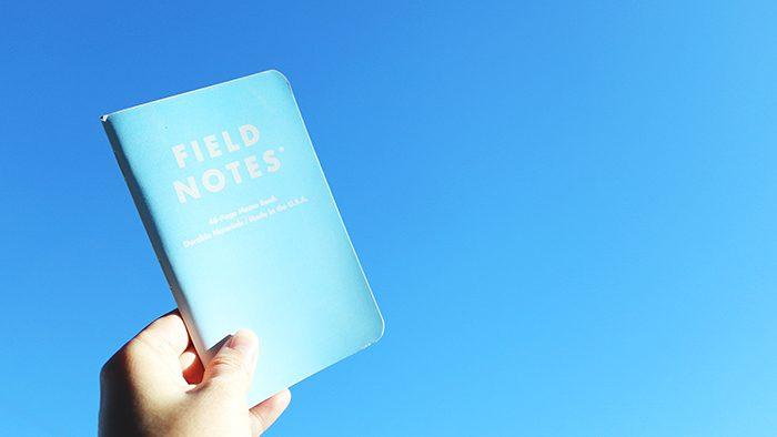 陽の光で表紙が美しいブルーに変わる!「FIELD NOTES『SNOWBLIND』」をお手もとに。