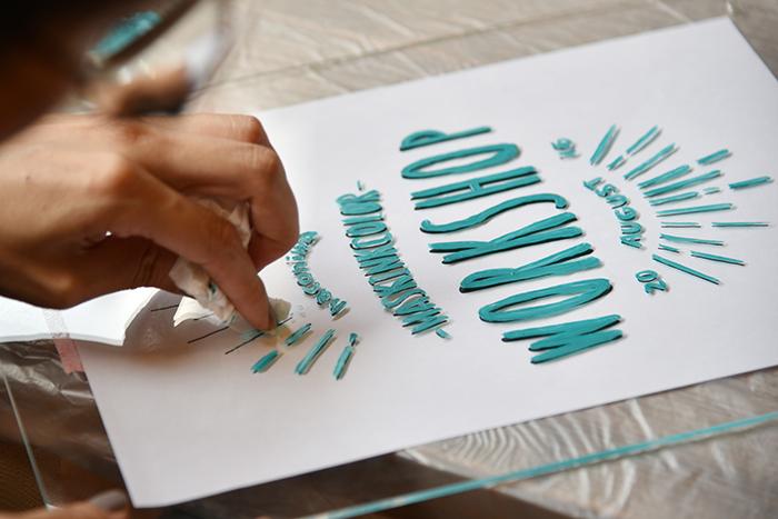 書き間違えたときは、水性塗料なので水を含ませたティッシュで拭き取るとカンタンに消せますよ。