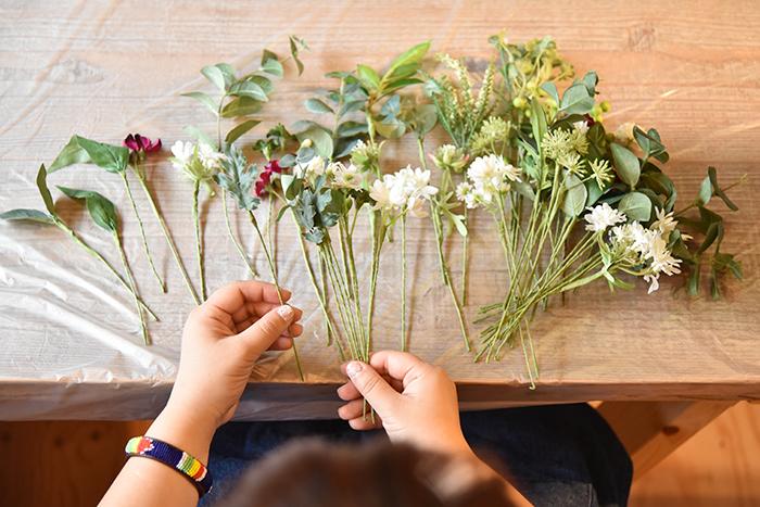 全ての花とグリーンにワイヤリングとテーピングをします。