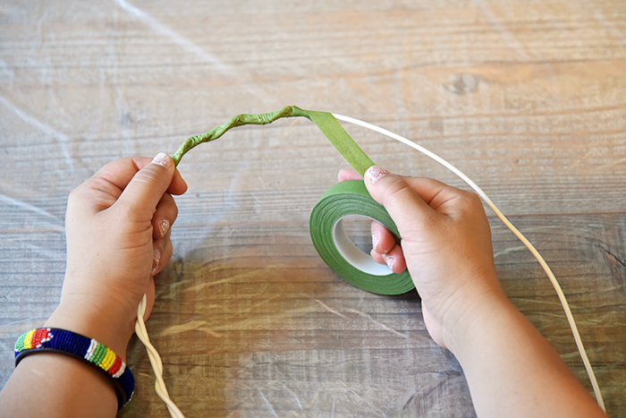楕円のワイヤーにフローラテープを伸ばしながら巻いてきます。