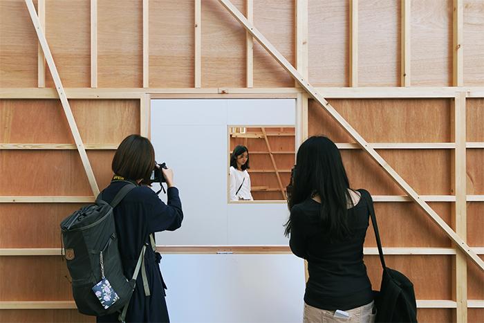こちらは、今最も注目を集める現代アーティストの一人、袴田京太朗氏の個展のような特別な屋外インスタレーション。