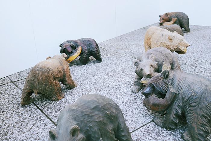 中を覗いて、あらびっくり!北海道の民芸品「木彫りの熊」がいるではありませんか!