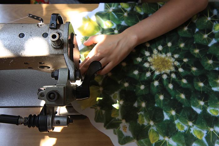 たにくっしょん®は、布を裁断するところから綿をつめるところ、最後に手で刺繍をする工程まで、一つ一つ手作業で製作しているんだとか。