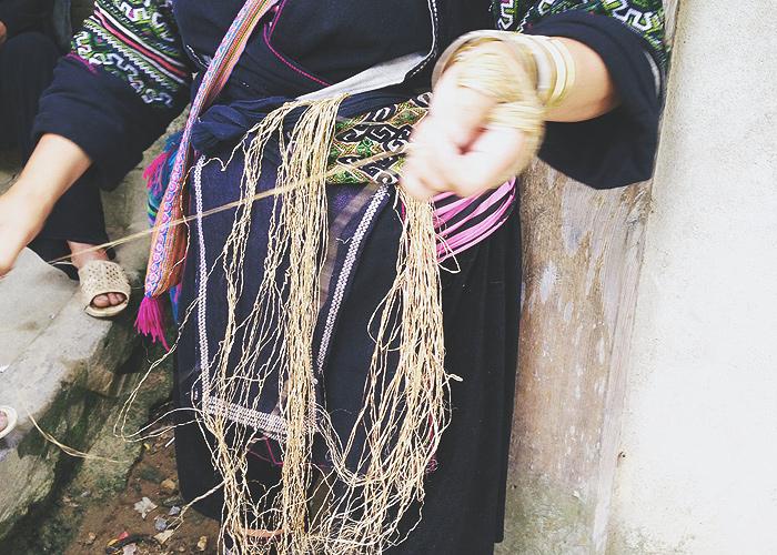 モン族の女性はみんな働き者…畑仕事やトレッキングガイド、手仕事や行商。そしていたるところで麻を紡いでいいる女性の姿が。