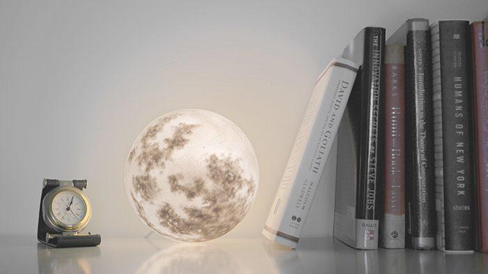 部屋の中に宇宙が広がる。幻想的な月のライト「Luna」
