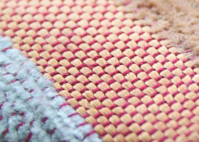 今回の商品開発で私からお願いしたのは一つだけ。モロッコの特産品の一つ、サボテンの繊維から作られるサブラ糸の織り込まれた生地を使っての制作です。