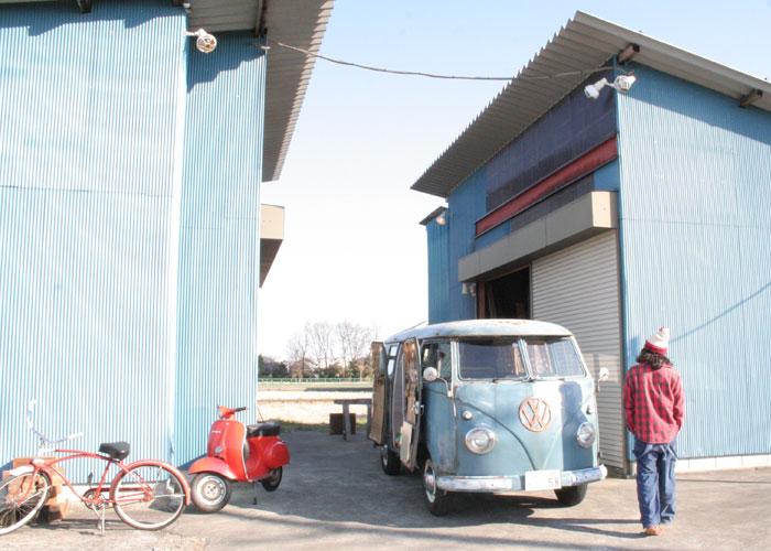 """""""Bulli Yard""""は""""hidden place"""" のyuccoさんと、ビンテージのアメリカの古材を使い「再生」をテーマにクラフトアーティストとして活動されているRyujirouさんご夫婦が運営されています。"""