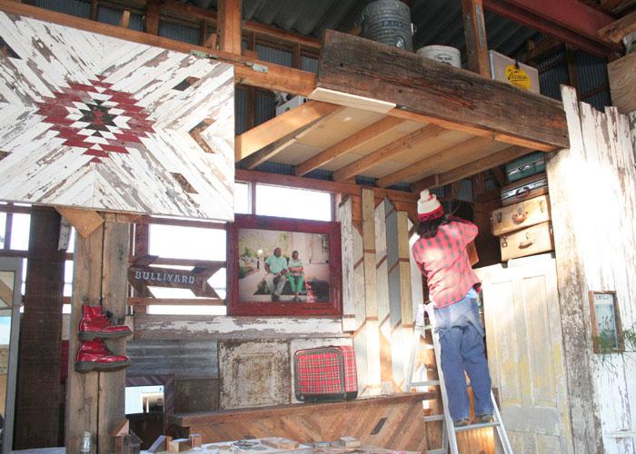 古材のそのままの風合いを活かして制作されたカウンターやフレーム。工房に一歩踏み入れれば