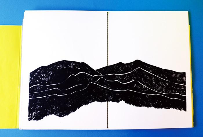 見開きページには山々のイラストがありました。さっきの動物たちはきっとこの山々の中の森で暮らしているのでしょうか。