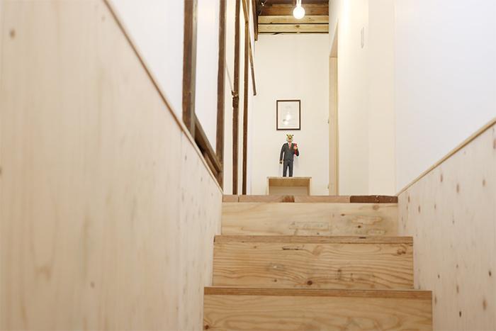 階段をのぼると作品がお出迎え。