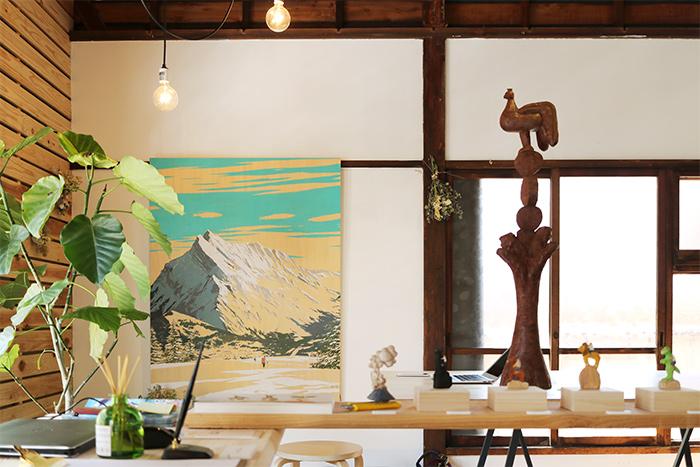 ギャラリー右奥には、G_GRAPHICS INC.の事務所スペースもあります。奥にある大きな山の絵は、ギャラリーのこけら落とし展示をしたdannyさんの作品。