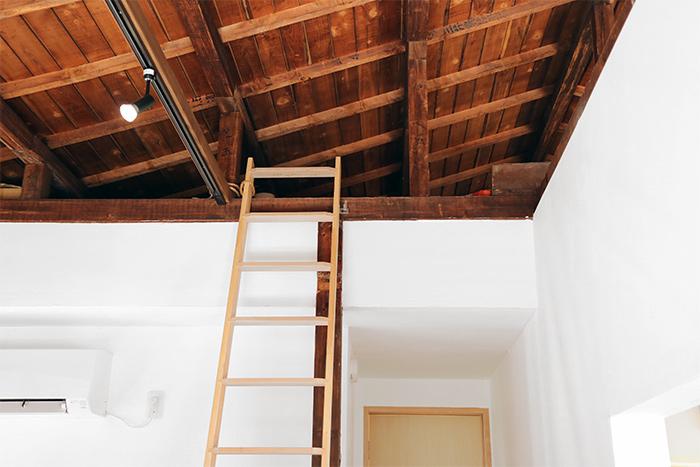 上を見上げると梯子がありました。この屋根裏のスペースに展示をする作家さんが寝泊りできるんですって!寝袋やシャワールームもあって、なんだか山小屋感がありますね。