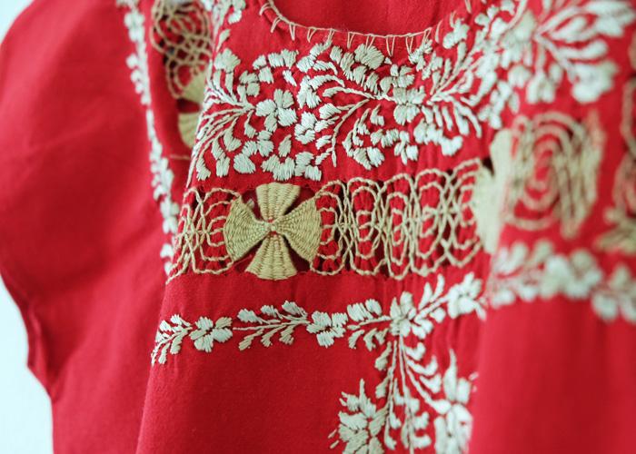 この村の刺繍の大半はサテン・ステッチという面を埋めるシンプルな技術ですが、特に私が惹かれるのは「デスイラード」という手法を使った手の込んだ刺繍。