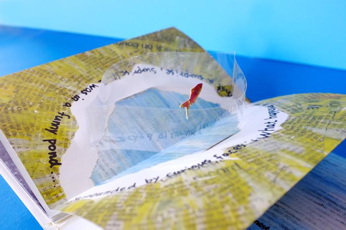 なんと、魚が透明の枠に入っていました。まるで、池か鉢かに入っているのような仕掛けです。この透明の枠の中でも魚はゆらゆらと自由に泳ぎます。