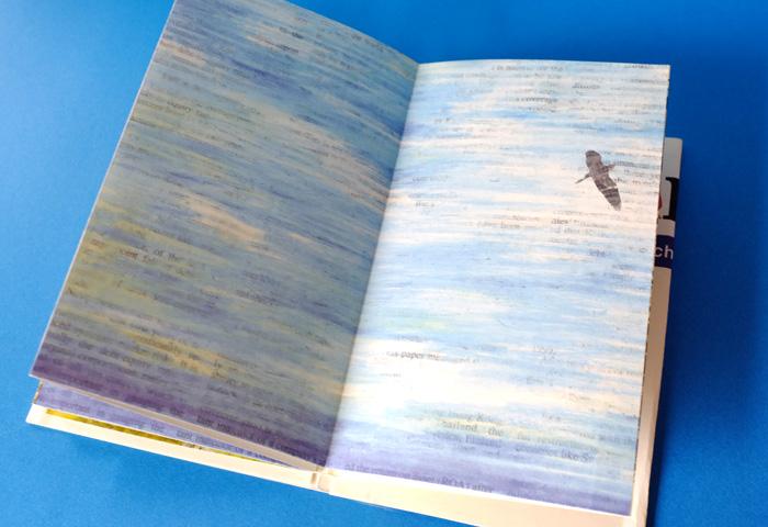 そして、全ページ、新聞の文字を生かしたデザインになっています。もちろん鳥の体にも文字が入っています。