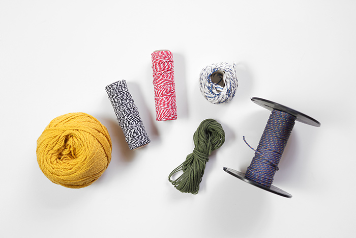 招待状や席次表に使用する紐も用意しておきましょう。少し細目の毛糸、シマシマの紐、クライミングコードなどさまざまな種類があるので、デザインにあうものを選びましょう。