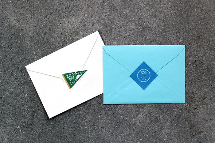 カットしたシールは、封筒の裏側に貼るとオリジナルの封かんシールになりますよ。
