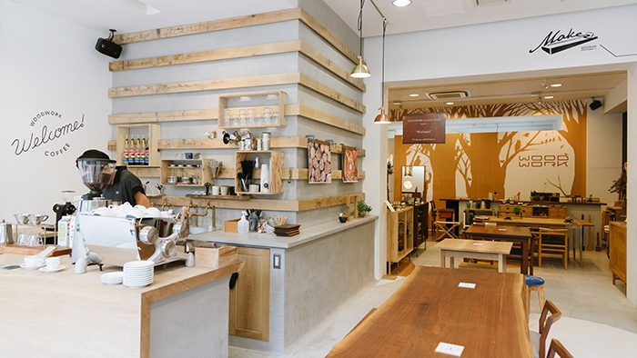 家具店の入り口で、家具の魅力と美味しいコーヒーを伝える「WOODWORK Welcome COFFEE」