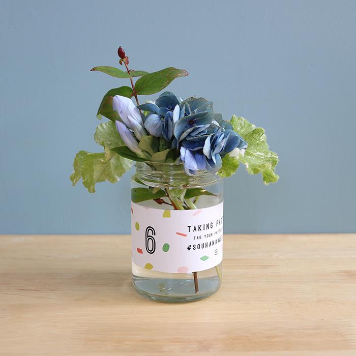 6. 瓶にぐるりとステッカーを巻いてお花でおもてなし