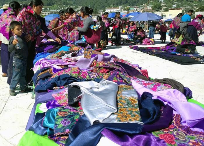 市の広場に着くと、既にたくさんの女性たちが集まりお買い物を楽しんでいました。パラソルの下に座りシートの上に売り物の衣装を並べた売り子さんがずらっと続いています。