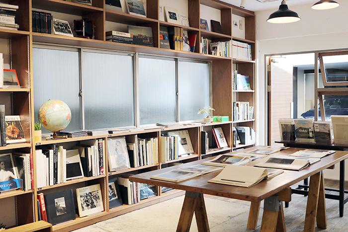店内には、おふたりが集めた歴史的価値のある名作から気鋭の作家による新作まで、ずらりと並んでいます。棚ごとにカテゴリーが分かれています。