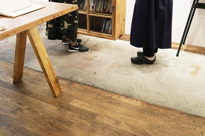 こちらは元印刷所だったそうで、味のある床がGOOD。印刷機械があったであろう場所の床がコンクリートでした。印刷所だった場所が本屋さんに生まれ変わったのも何かのご縁ですね~