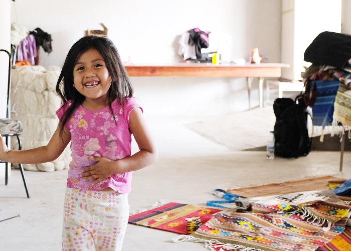 買い付け旅の中で手仕事の工房を訪ねていると、家族経営の小さな工房も多く、子供が工房内を駆け回っていたりします。