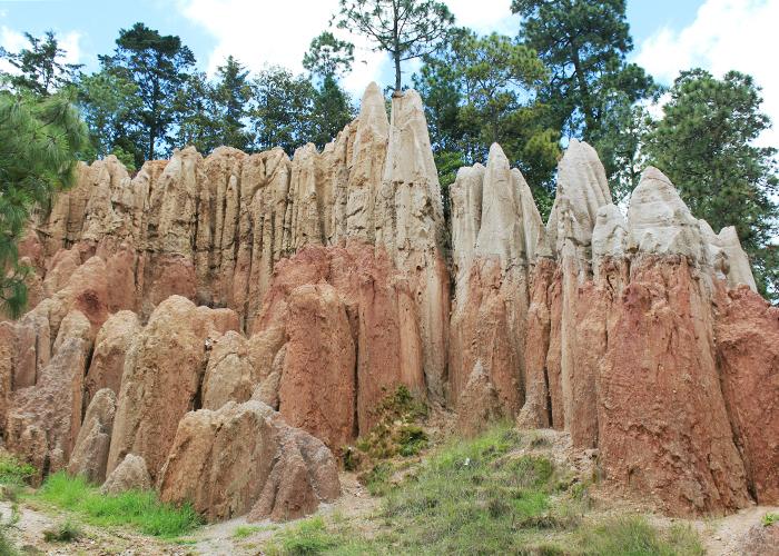 観光としては日曜市と、Los Riscosという砂岩でできた突起状の不思議な地形も見どころです。
