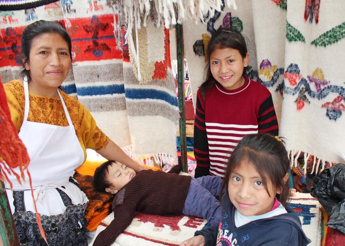 日曜市ではやはり、あたたかそうな羊毛のラグや毛布、ポンチョを売る人々が。