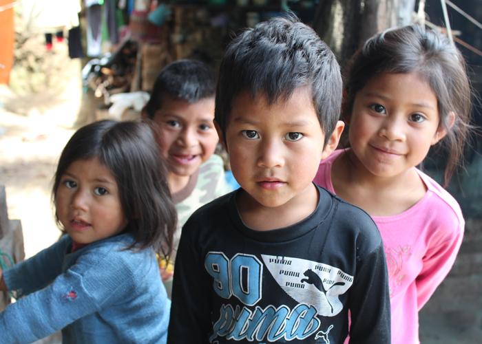 到着すると玄関先から小さな子どもたちが次々と現れ出迎えてくれました。