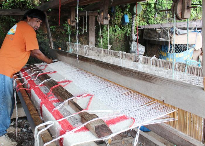 工房ではまず外にある織り機を見せてもらいました。大きな機織り機に製作中の大きなラグ。機織りの様子は何度見ても地道だなぁ…と感心させられます。