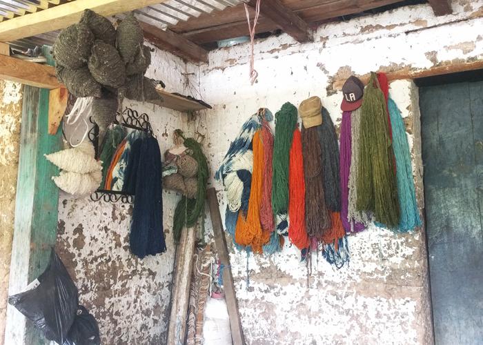 そして工房内へ。土壁にかかるたくさんの糸や年季の入った機織り機にわくわく。