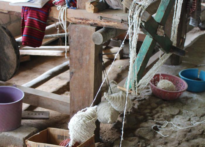 次は糸巻き機、どうやって使うのかしらと眺めていたら10歳くらいの女の子がくるくると器用に糸を巻いて糸玉をつくってくれました。
