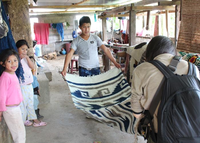 素朴であたたいLuisさんの工房のラグや毛布。完成している商品は、一番年上のお兄ちゃんが率先して広げて見せてくれます。