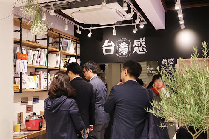 お店の奥にあるティースタンドでは、台湾のクリエイターに人気の台湾茶ブランド「琅茶 Wolf Tea」のお茶をはじめ、ティーラテなどのオリジナルドリンクのほか、台湾と日本の要素を組み合わせたオリジナルスイーツなどが楽しめます。
