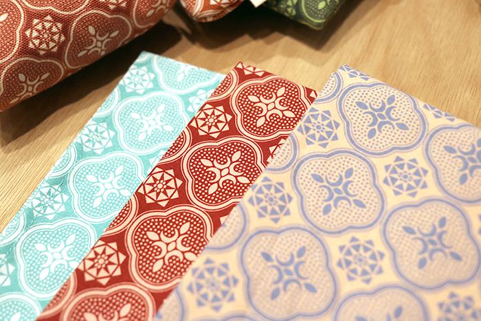 in Blooomのテキスタイルデザインはユニークで、例えば台湾の古い窓ガラスの模様から生まれた「花海棠柄ガラス」のパターン。