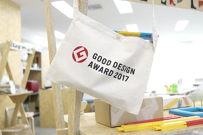 シルクスクリーンキット「SURIMACCA」が2017年度グッドデザイン賞を受賞した記念に、グッドデザイン賞のロゴ入りサコッシュが飾ってありました(おめでとうございます!)。