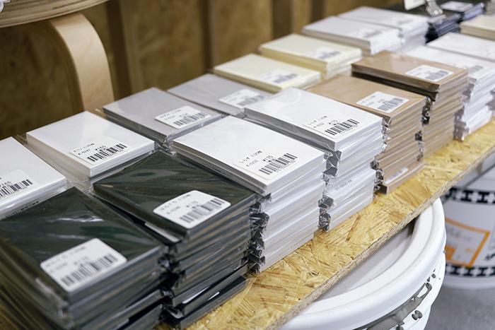 布素材の他には、印刷見本「あろびかたろぐ」、一枚から買えるレトロ印刷の紙もありました。
