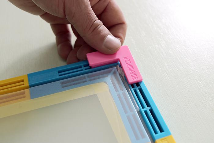 コーナーパーツに「浮かしパーツ」取り付けると、刷る物と版に隙間ができて刷りやすくなります。