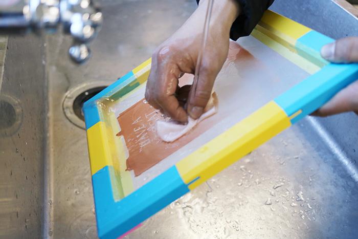 インクの色を変えたいときは、水道で版を水洗いし、乾かしてから、再びプリントしましょう。