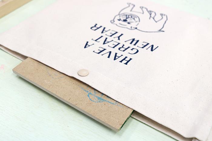 POINT 刷る前に台紙を中に入れることで、刷る面が平らになりキレイに印刷できますよ。