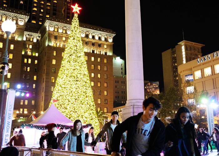 本物の大きなモミの木が至るところで売られていたりするのを見て、スケールの大きさとクリスマスに懸ける人々の意気込みを感じ、アメリカにいることを改めて実感しています。