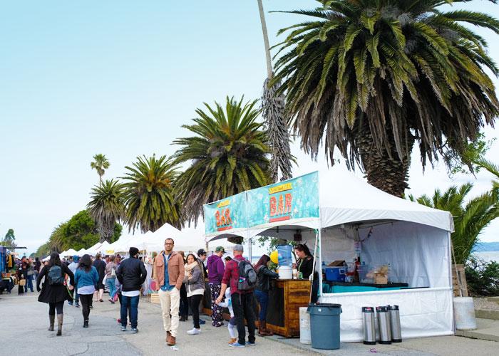 2. 地元アーティストや起業家のためのマーケットTreasure Island Flea Market
