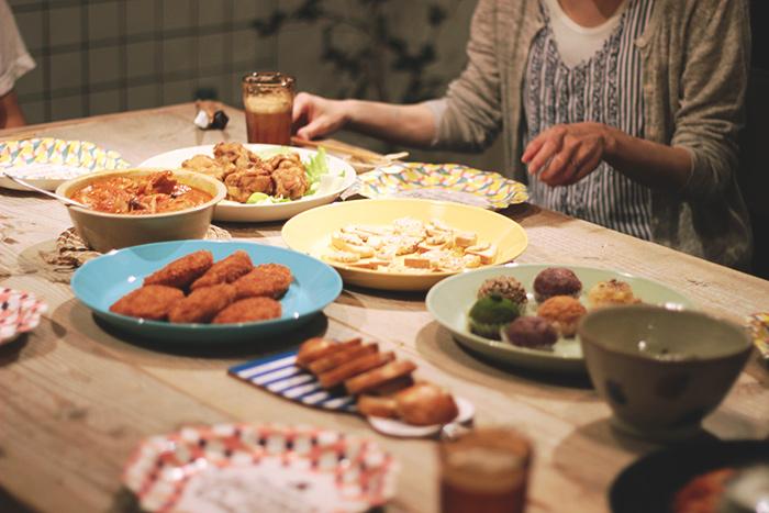 誕生日や歓迎会には、シェアメイトみんなでごはんを食べています。
