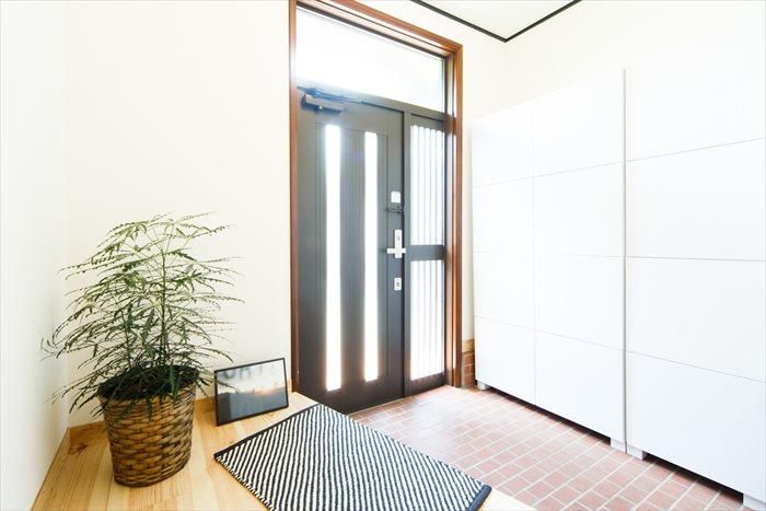 明るい玄関は、1日のはじまりを見送ってくれます。大きなシューズボックスも設置。