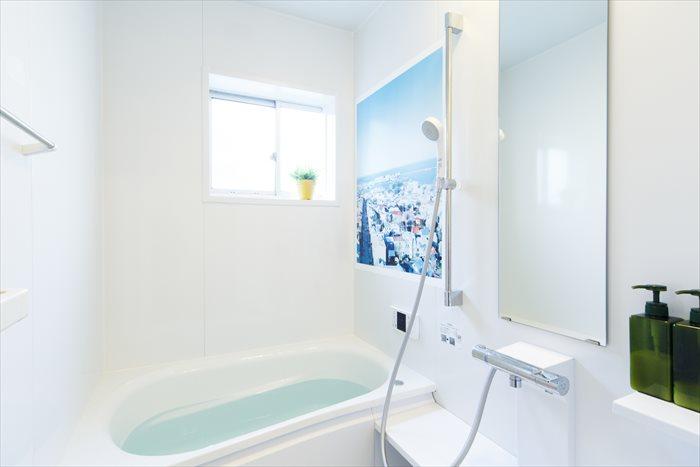市橋織江さんの撮影したアイスランドの街並みを見ながら入浴できます。
