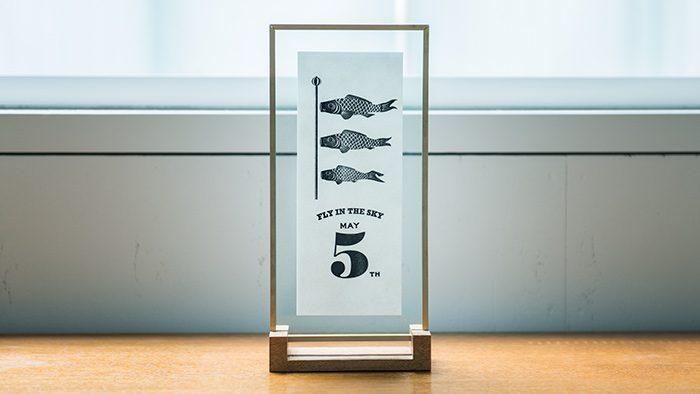 ハンドプリントのポスターと美しいフレーム・スタンドがセットになった、キャビネットの上に置ける鯉のぼり